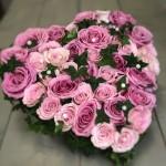 Fyllt hjärta med ljusrosa och mörkrosa rosor