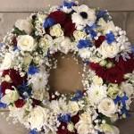 Blomsterkrans/urnkrans i vitt/rött/blått