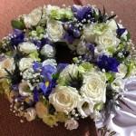 Blomsterkrans/urnkrans i vita/blå toner