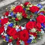 Blomsterkrans/urnkrans i röda/blå toner