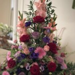 Hög dekoration i rosa/rött/lila toner