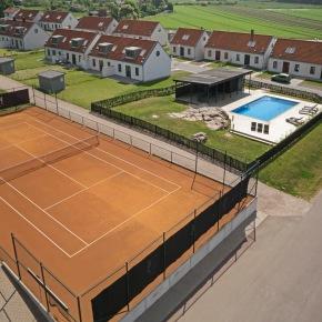 pool and tennisqourt