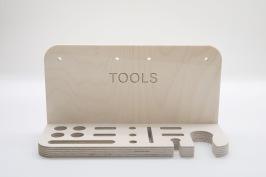Tools Perfekt tillbehör för diverse handverktyg. Plats för 4 st bench dogs, 4 st stämjärn, 3 st mejslar, 1 st spår för japansåg eller vinkelhake, dammsugare och sladdhållare. Men egentligen är det bara fantasin som sätter gränserna. Passar på Kangaroo, Bänke och Mega-Bänke, men kan skruvas upp precis vart de passar dig bäst. Tools levereras i ett platt paket med medföljande infästning för enkel montering.