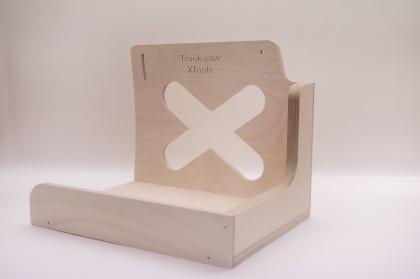 Saw-shelf Vårt egna tillbehör för sänksågen  Håll arbetsytan ren och placera sågen inom räckhåll för nästa kapning. Hyllan kan tiltas några grader för att få en skönare vinkel på sågen när den lyfts av och på hyllan. Lämpar sig bäst för placering till höger om bordet, se bild nedan.  Ett perfekt tillbehör till den som kommer använda bänken till mycket kapning med sänk-såg. Saw-shelf passar också att förvara i en Tanos systainer minst storlek nr 4. Saw-shelf levereras i ett platt paket med medföljande infästningar. Passar direkt på Kangaroo och Mega-Bänke. Men kan lätt anpassas för att passa på din egen snickarbänk.