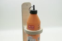 Glue  Glue är tillbehöret för limflaskan. Lim-flaskan används hela tiden vid olika snickeri projekt, men står den på arbetsytan är den antagligen ivägen. Med tillbehöret Glue förvaras flaskan på sidan av bänken mellan limningarna. Håller en standard 750 ml Limflaska perfekt. Passar på Kangaroo, Bänke och Mega-Bänke, men kan skruvas upp precis vart de passar dig bäst. Glue levereras i ett platt paket med medföljande infästning för enkel montering.