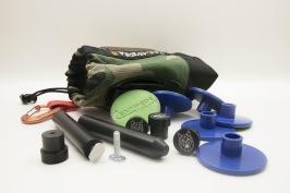 MFT-Kit  Bench dogs används som anhållpå MFT-skivor eller MFT-bänkar.Rail dogs monteras med T-spårsbult på undersidan av sänksågsskenan. När dessa används tillsammans är detenkelt att göra 90° och 45° snitt med sänksåg eller cirkelsåg. Centipedes non-slip pads placeras under tex MDF-skivan som ska kapas dels för att skivan inte ska glida samt för att distansera upp skivanför att inte klingan ska gå ner i bordet. För att ha prylarna samlade levereras de i en Calavera Gear Bag