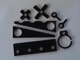 Clamps XTools egna spänn-kit till MFT-bord. Kila fast arbetsstycket och arbeta säkert. Kilarnas höjd är endast 9 mm vilket gör det enkelt vid slipning eller fräsning av delar högre än 10 mmdå maskinerna inte slår i kilarna.  Levereras i ett smidigt knippe att hänga på väggen i verkstaden eller i verktygslådan.