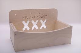 Gadget  Kort och gott en låda där du kan lägga undan verktyg och hålla arbetsytan ren. Passar på Kangaroo, Bänke och Mega-Bänke, men kan skruvas upp precis vart de passar dig bäst. Gadget levereras i ett platt paket med medföljande infästning för enkel montering.