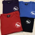 T-shirt Finns i flera färger. Litet brösttryck. 100 kr