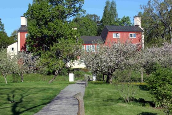 Eken, med lektionssal, privata  lägenheter och studentrum