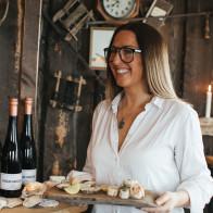 Camilla serverar gäster snittar & ostron