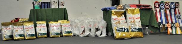 Ett gediget prisbord från våra sponsorer, tex gick alla valpar som placerades hem med 3 kg Royal Canin.