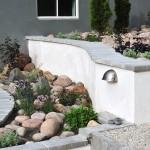 Torrälskande perenner samsas med runda stenar.