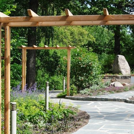 Portaler markerar trädgårdsrummets början och slut.