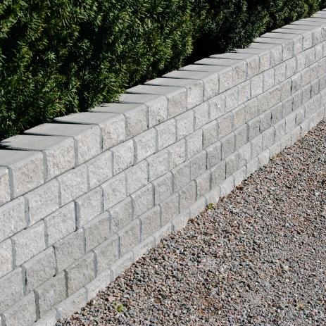 Låg stödmur i betongsten