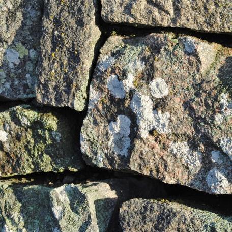 Genuin kallmur med huggen granitsten