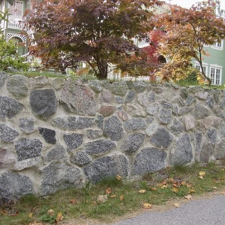 Vacker mur i natursten.