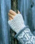 Hålmönstrad pannband och handledsvärmare