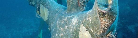 """""""Christ of the Abyss"""" är en 2.5 m hög bronsstaty av Jesus, som väger ca 260 kg med ett 9 tons betongfundament, som placerades ut 25 augusti 1965 cirka 1 mil öster om Key Largo på 7 meters djup i John Pennekamp Coral Reef State Park. Detta är en av tre statyer, som gjorts av den italienska skulptören Guido Galletti. Orginalet """"Il Christo Degli Abissi"""" placerades i medelhavet utanför Genova år 1954."""