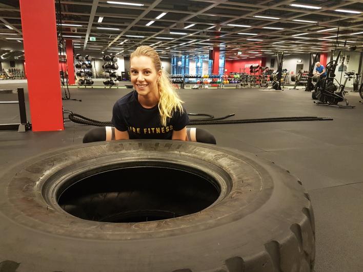 Josefine Carell tränar FIREFITNESS och lyfter tungt