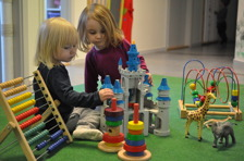 Matematik i leken. Genom att stapla cirklar på varandra utvecklar barnet bland annat sin urskillningsförmåga och finmotrik.