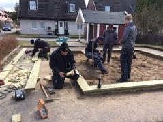 På städdagen våren 2017 snickrade arbetsgruppen ihop en ny sandlåda