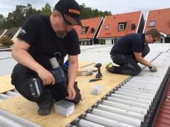 Reparationen av garagetaken 2016 gjordes med hjälp av medlemmarna