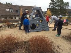 Här monteras en ny klätterställning på lekplatsen vid E9