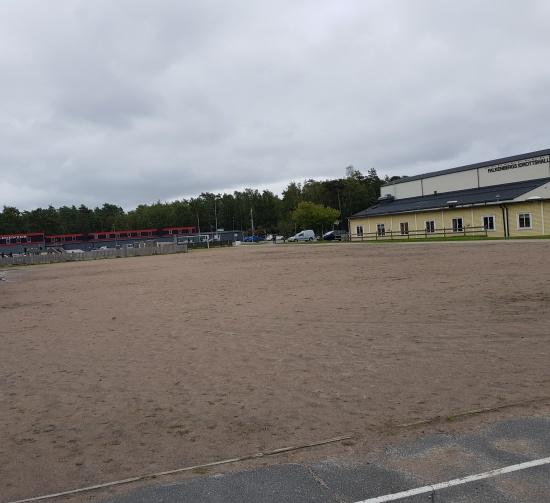 Utöver de vanliga parkeringsplatserna finns det en stor grusplan som vi skall försöka använda för parkering.