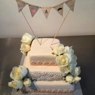 bröllop fyrkantigatårtor, färska blommor