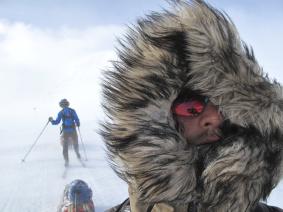 Hårt vinterväder på fjället för två killar som skidar Vita Bandet