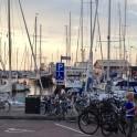 Cyklar och båtar i hamnen i Torekov