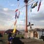 Flaggspel i hamnen i Torekov