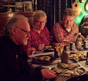 Vi samlas en gång i månaden hemma hos någon medlem eller i någon annan lokal. Visor sjungs ofta på något för kvällen utvalt tema.