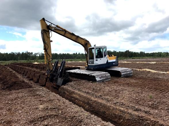 Med specialutrustad grävmaskin skärs torven i block som läggs på kanten för att torka.