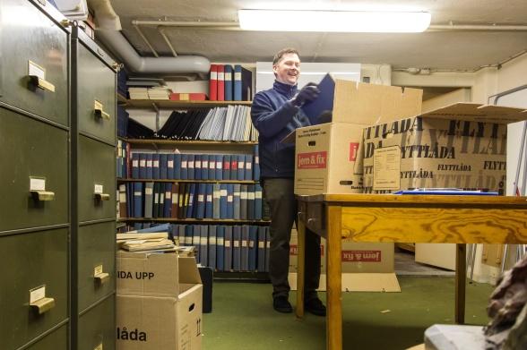 Tobias Bjernehed, arkivarie, packar värdefull torvhistoria som ska arkiveras i Landsarkivet i Lund. Foto: Maria Wallin