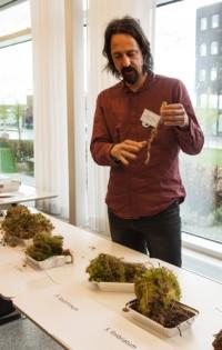 Olika vitmossearter har olika egenskaper av betydelse för odlingen. Matthias Krebs visar skillnaderna mellan dem.