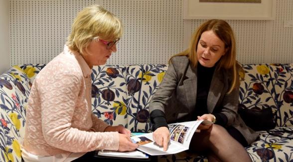 Ingrid Kyllerstedt och Jennie Nilsson i samspråk kring en artikel om RPP-certifiering i tidningen Svensk Torv.