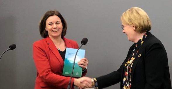 Miljö- och klimatminister Isabella Lövin tar emot slutbetänkandet om negativa utsläpp av växthusgaser från Åsa-Britt Karlsson, generaldirektör för Statens Geotekniska Institut.