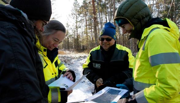 Sabine Jordan och Leif Olsson, i mitten, planerar inför novembersdagens fältaktiviteter tillsammans med Pia Holmberg, Hasselfors Garden, t.v., och Kathrin Hesse, SLU, t.h.