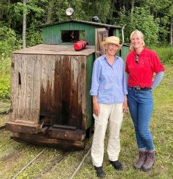 Karin Hartelius med sin brorsdotter Lisa Hartelius är båda engagerade i Ryttaren som startades av deras farfar respektive farfarsfar 1906.
