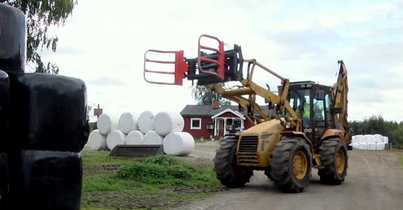 Rundbalarna är utformade på ett sätt som lanbrukare lätt kan hantera med sina maskiner. Foto: Dag Eriksson