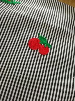 Blus/klänningsvara med broderade körsbär