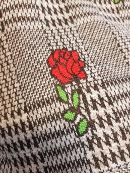 Courtelle jaquard hundtand rosor