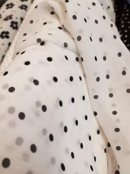 Chiffong, vit med svarta prickar