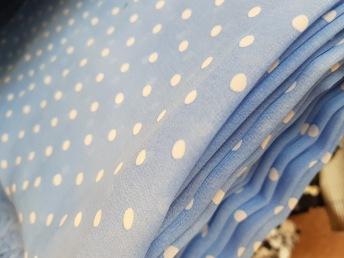 Chiffong, Ljusblå med vita prickar