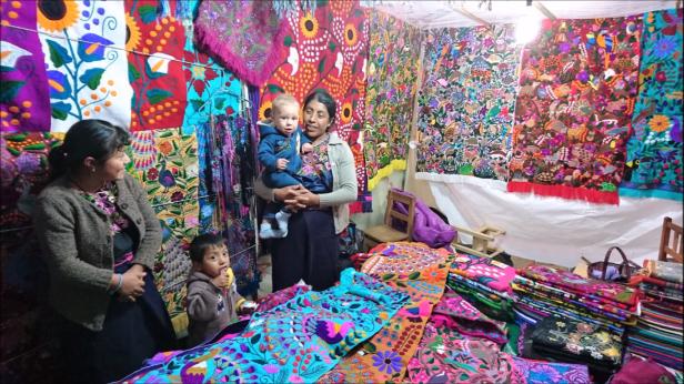 Vackra broderier hos Mayaättlingar på marknaden i San Christobal de las casas