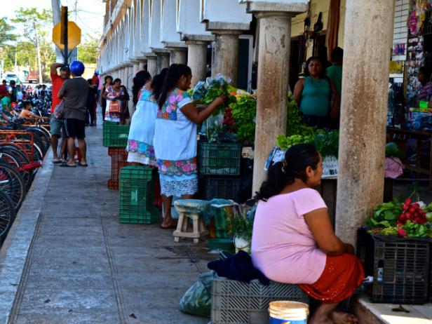 Mayaättlingar säljer frukt och grönt intill torget i Valladolid centrum