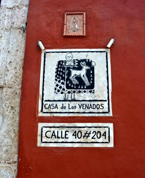 Den enkla skylten som visar entren till det konstfyllda hemmet.