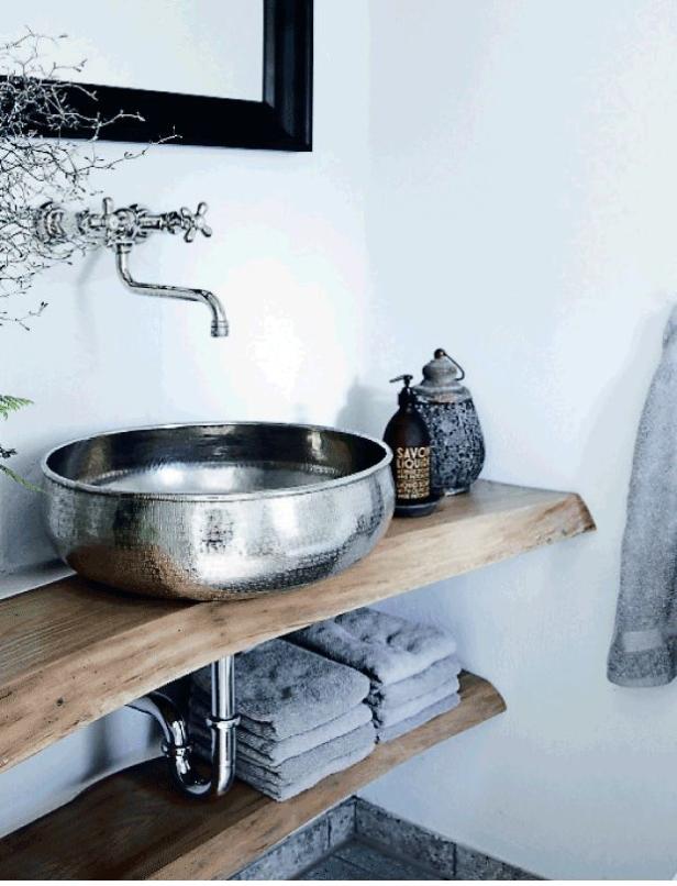 Det här silverhandfatet mot den trärena hyllan blir en fantastiskt fin kombination!